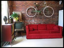 Bicykel na stene šetrí priestor a zároveň dotvorí originálnu atmosféru izby.