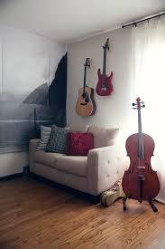 Odložená gitara na stene aj ako dekoratívny prvok.
