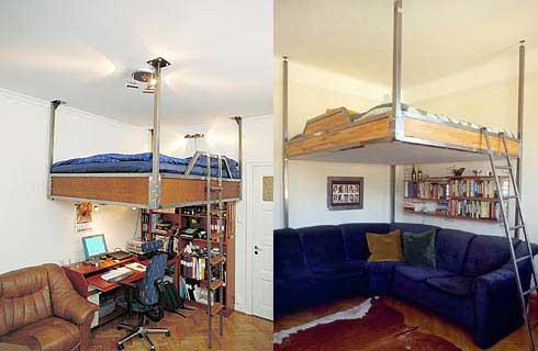 Posteľ vo výške šetrí plochu podlahy.
