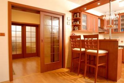 štýlové presklenné dvere vo farbe a materiále zariadenia izby