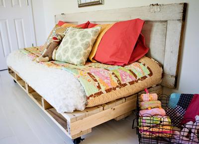 posteľ z paliet a starých dverí