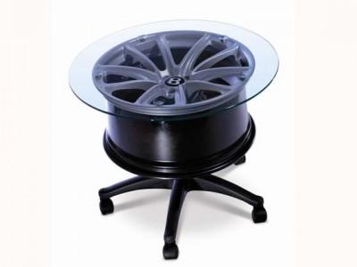 disk a stolík z neho